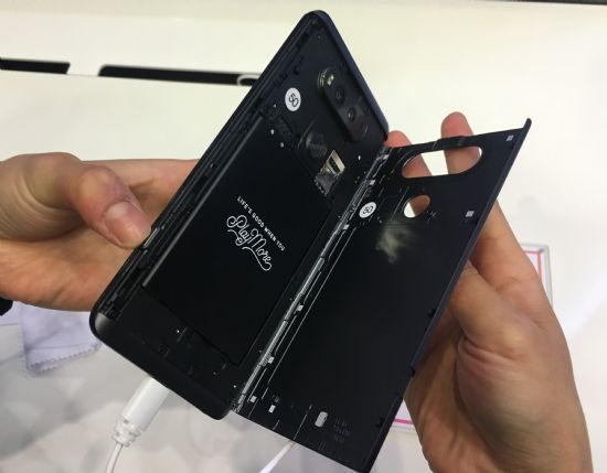 LG V20에는 3200mAh 착탈식 배터리가 탑재됐다. 좌측 하단 버튼을 누르면 후면 커버가 쉽게 분리된다. (사진=지디넷코리아)