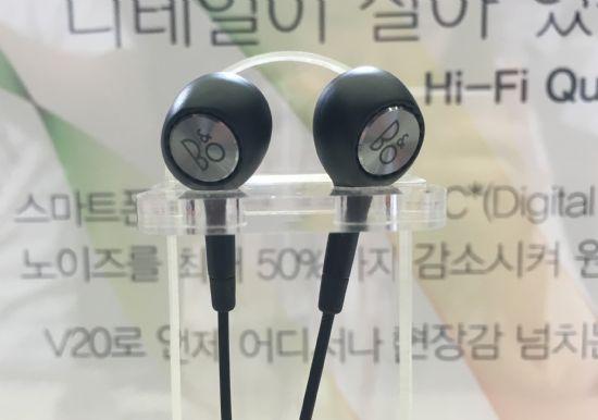 V20의 후면과 번들 이어폰에는 B&O 플레이 로고가 새겨져있다. LG전자는 V20과 함께 기본 제공되는 번들이어폰도 B&O 플레이와 함께 개발했다. (사진=지디넷코리아)