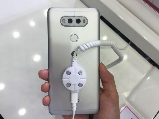 LG V20의 후면에는 75도 화각의 1600만 화소 일반각 카메라와 135도의 화각의 800만 화소 광각 카메라가 동시에 탑재됐다. (사진=지디넷코리아)
