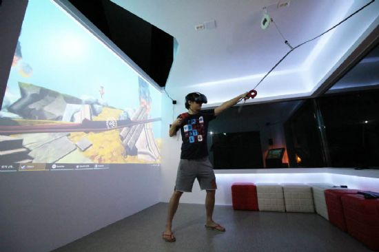 VR 게임을 체험 중인 이용자.