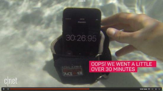 미국 IT 매체 씨넷이 아이폰7의 방수 기능이 어느 정도인지 직접 실험해보고 있다. (사진=씨넷 영상 캡처)