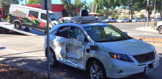 사고로 오른쪽 앞문이 심하게 찌그러진 구글 자율주행차, 뒤로 견인되고 있는 사고 밴 차가 보인다(사진=Ron van Zuylen/https://twitter.com/grommet)