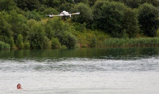 지난 8월 수중 인명 구조 시험을 진행한 마이크로드론.
