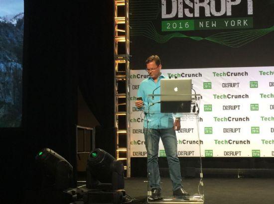 비브 공동 창업자인 디그 키틀로스가 지난 5월 테크크런치가 주최한 디스럽트 행사에서 인공지능 플랫폼을 발표하는 모습. (사진=씨넷)
