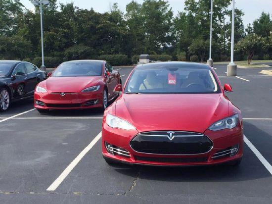 나란히 서 있는 테슬라 신형 모델 S(왼쪽)와 구형 모델 S(오른쪽) (사진=지디넷코리아)