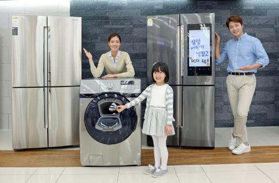 삼성전자 모델들이 18일 삼성 디지털프라자 강서본점에서 '코리아 세일 페스타'를 맞아 소비자들로부터 큰 인기를 끌고 있는 프리미엄 냉장고와 세탁기를 소개하고 있다. (사진=삼성전자)