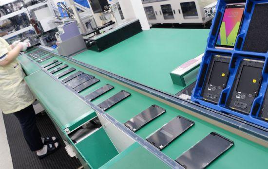 월 330만대 수준의 생산능력을 확보한 평택 공장 'LG 디지털 파크'에서 LG전자 플래그십 스마트폰 'V20'를 생산하는 모습. 이달 말 'V20'의 북미 출시를 앞둔 LG전자 직원이 공장 라인에서 'V20' 생산 작업에 집중하고 있다. (사진=LG전자)