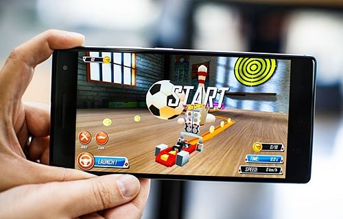 증강현실 게임을 즐기는 모습. 현재 팹2프로로 쓸 수 있는 증강현실 앱은 35개 정도다. (사진=씨넷)