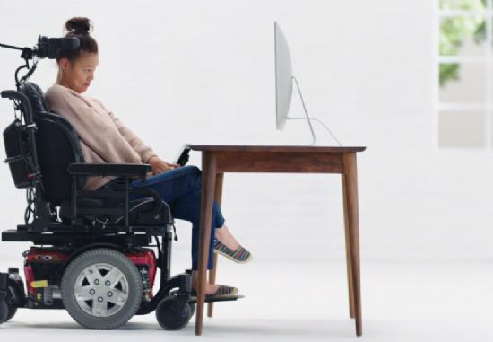 뇌성마비를 앓고 있는 영상 편집기사 새디 폴슨이 '스위치 제어' 기능을 맥에서 동영상을 편집하는 모습. (사진=애플 홈페이지)
