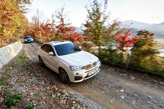 'xDrive'를 탑재한 BMW 차량들이 산길 비포장도로를 달리고 있다(사진=BMW코리아)