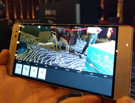 레노버 팹2 프로로 실제 공간에 가상의 의자를 놓아봤다. (사진=지디넷코리아)