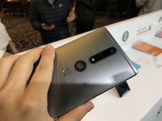 레노버 팹2 프로 후면에는 3개의 특수 카메라가 탑재돼 실제 공간을 3차원으로 인식한다. (사진=지디넷코리아)