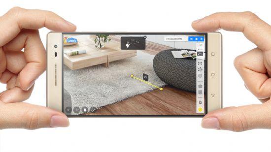 레노버가 출시하는 증강현실(AR) 스마트폰 '팹2 프로'를 활용해 실제 공간의 너비를 측정하는 모습. (사진=한국레노버)