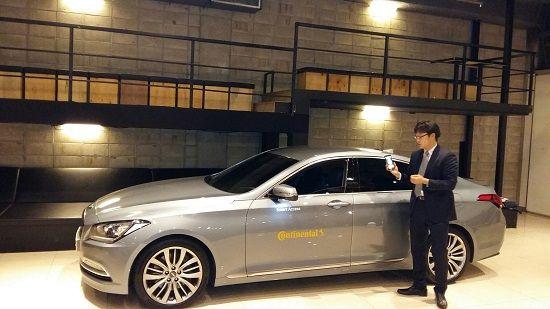 콘티넨탈 스마트 액세스가 적용된 현대차 '제네시스 G330'에 블루투스 저에너지(BLE) 기능을 통한 차량 잠금 장치 해제 시연을 선보이고 있다(사진=지디넷코리아)