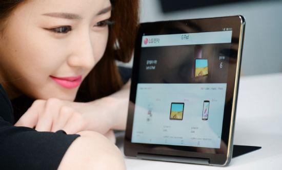 LG전자 모델이 태블릿 신제품 'G패드3 10.1 FHD LTE'를 소개하고 있다. (사진=LG전자)