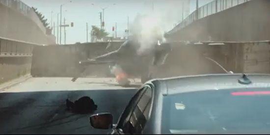 영화 속 헬리콥터가 BMW 신형 5시리즈(540i)에 끌려 터널에 충돌, 추락하고 있다(사진=디 이스케이프 캡처)