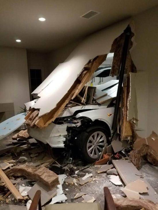 손지창씨가 직접 올린 테슬라 모델 X 사고 사진 (사진=손지창 페이스북)