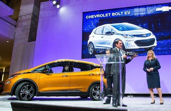 마크 루스 GM글로벌 제품개발 총괄 부사장이 '2017 북미 올해의 차'를 수상하고 있다(사진GM)
