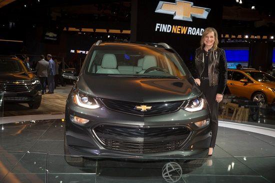 메리 바라 GM 회장과 볼트EV(사진=GM)