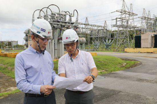 김영섭 LG CNS 사장(사진 왼쪽)이 괌 ESS시스템 구축 현장을 사전 점검하고 있는 모습.