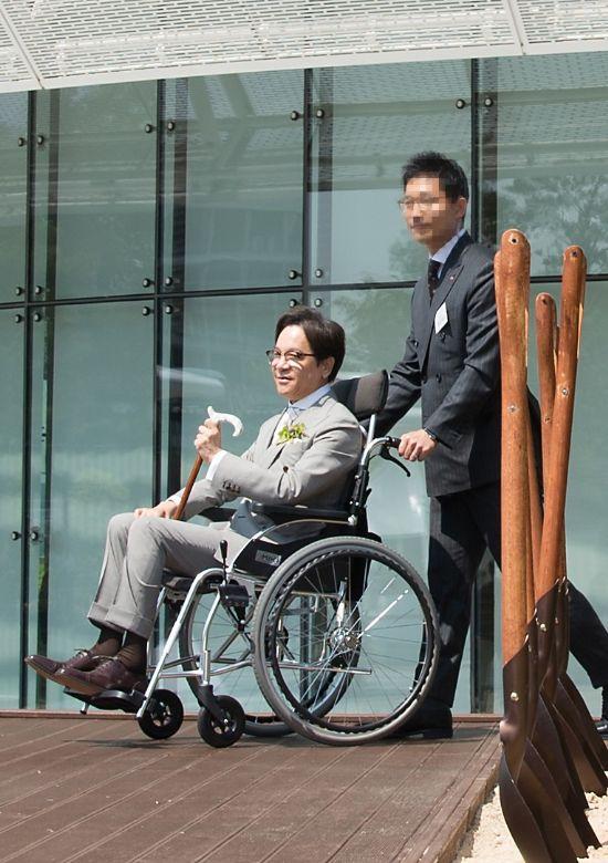CJ그룹 이재현 회장이 17일 오전 경기도 수원시 광교에서 열린 'CJ블로썸파크 개관식' 겸 '2017 온리원 컨퍼런스'에 참석했다. 이재현 회장이 기념식수 행사를 위해 휠체어로 이동하고 있다.(사진=CJ)