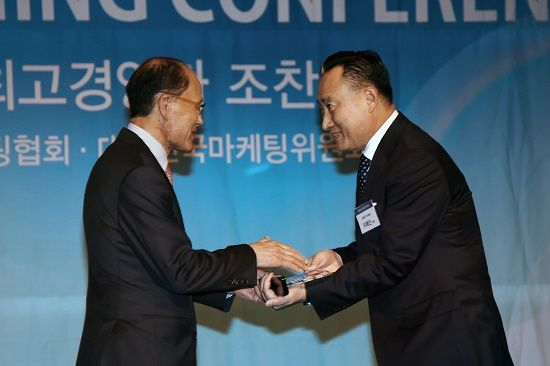 이해선 코웨이 대표이사(오른쪽) / 원대연 사단법인 한국마케팅협회 명예회장(왼쪽) (사진=코웨이)