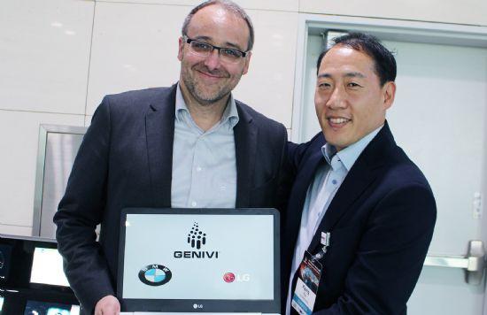 '제니비 연합' 부회장으로 선출된 LG전자 VC스마트SW플랫폼담당 류경동 상무(오른쪽)와 회장인 BMW 인포테인먼트설계담당 피터 쉔넨버그 (사진=LG전자)