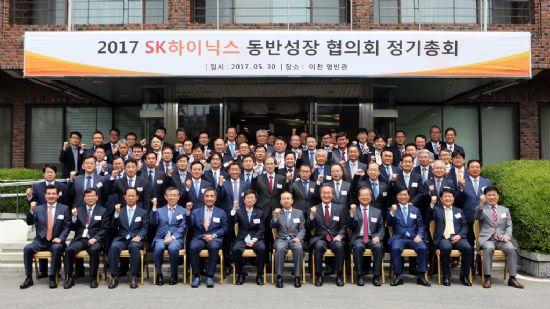 2017 SK하이닉스 동반성장 협의회 정기총회를 마치고 참석자들이 기념 촬영을 하고 있다. 박성욱 SK하이닉스 부회장(첫번째줄 왼쪽에서 6번째)과 황철주 동반성장협의회 회장(왼쪽에서 7번째) (사진=SK하이닉스)