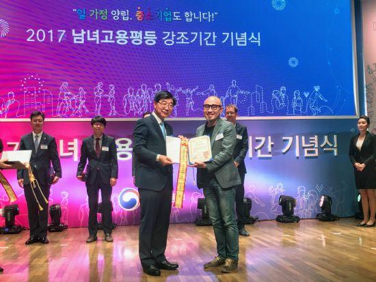 김봉진 우아한형제들 대표(오른쪽)