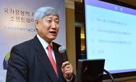 한국SW진흥협회가 주최하는 '제10회 한국 소프트웨어(SW) 아키텍트 대회'가 20일 서울 코엑스에서 열린다. 이단형 SW진흥협회장이 한 행사에서 강연하고 있는 모습.