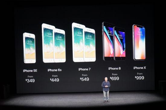 아이폰X(64GB)의 가격은 무려 999달러에 달한다. 사진은 아이폰X와 아이폰8을 비롯한 역대 아이폰 시리즈의 가격 변화. (사진=CNET)