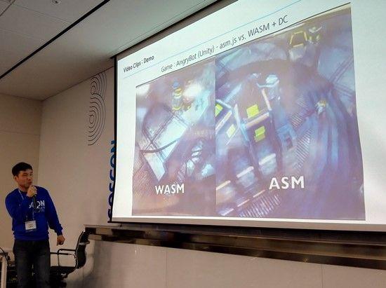 삼성전자 SW개발자 김현덕 씨. 웹어셈블리와 자바스크립트 서브셋 언어 asm.js로 동일한 기능을 구현한 3D게임 데모의 성능 대조 영상을 보여주고 있다.