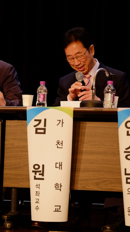 김 교수가 지난해 열린 한 SW토론회에서 패널로 참석해 이야기하고 있다.