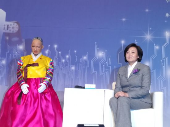 로봇 소피아가 박영선 더불어민주당 의원과 대담을 가졌다.