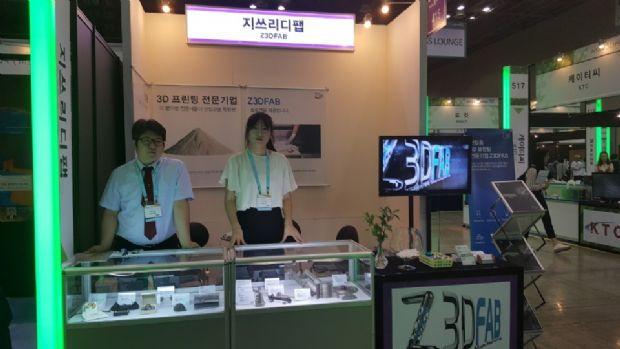 지쓰리디팹이 이오에스 3D프린터를 이용해 출력한 제품들을 부스에 전시하고 고객 맞이를 준비하고 있다.(사진=지디넷코리아)