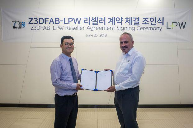 김성수(왼쪽) 지쓰리디팹 대표와 더못 데스몬드 LPW 아시아태평양 영업총괄이 지난 25일 리셀러 파트너십 체결한 후 기념 사진을 찍고 있다.(사진=Z3DLAB)