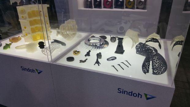 신도리코가 자사 장비를 이용해 출력한 제품들을 부스에 전시했다. 현재 금속 제품은 아웃소싱을 통해 출력하고 있다.(사진=지디넷코리아)