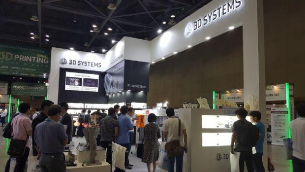 3D시스템즈코리아 부스에 많은 관람객들이 찾아와 장비와 출력된 제품들을 보고 있다.(사진=지디넷코리아)