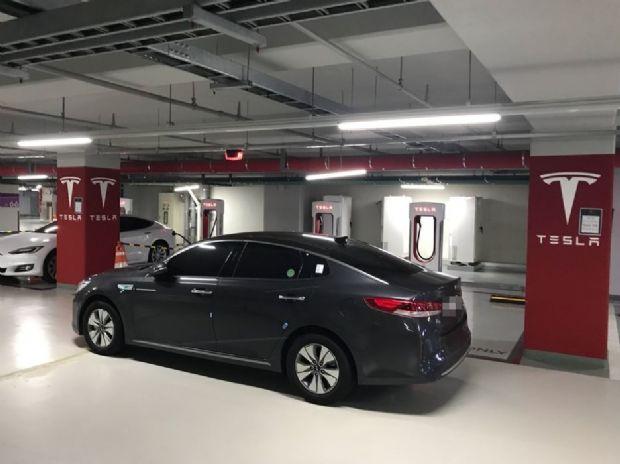 서울 여의도 IFC몰 수퍼차저 충전소 앞에 K5 차량이 이중주차됐다. (사진=독자 제공)