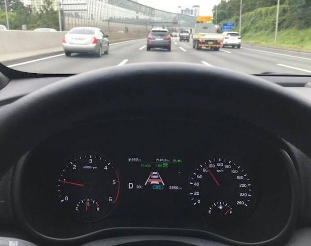고속도로 주행보조 기능이 실행된 스포티지 더 볼드 클러스터 (사진=지디넷코리아)