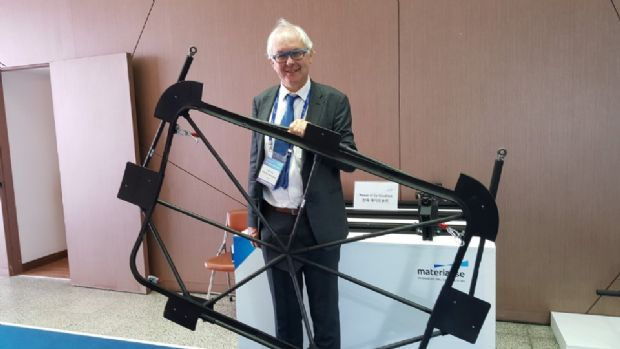 윌프리드 반크라엔(Wilfried Vancraen) 머티리얼라이즈 대표가 지난 13일 '더 머티리얼라이즈 익스프리언스'가 열린 현장에서 HLB와 협력해 개선한 구명보트 문 프레임을 들고 소개하고 있다.(사진=지디넷코리아)