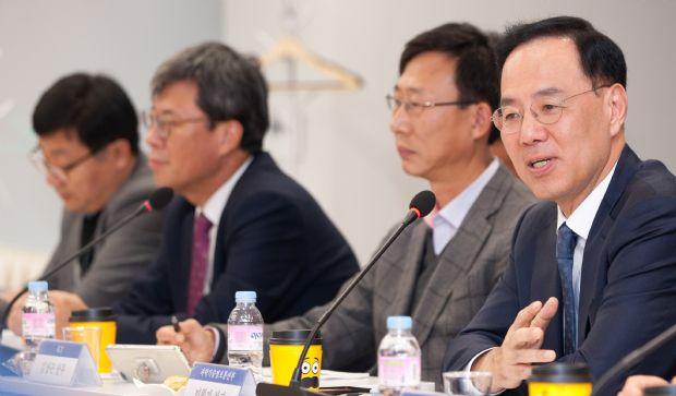 민원기 과기정통부 2차관(맨오른쪽)이 행사를 주관하고 있다.
