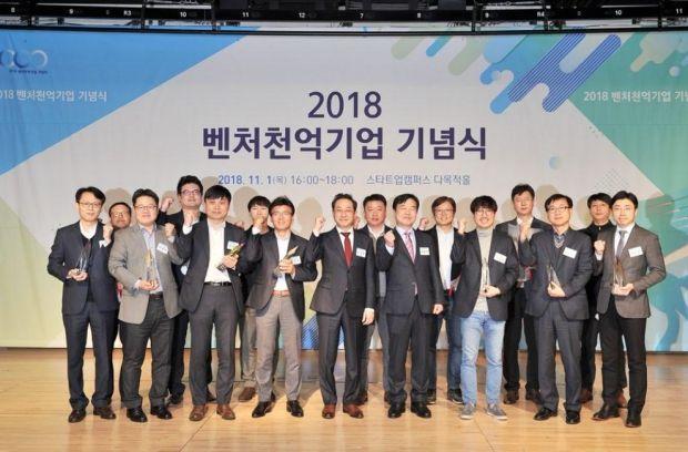2018년 벤처천억기업으로 선정된 기업 대표들과 메가존 이주완 대표(맨 오른쪽)가 기념촬영하고 있다.
