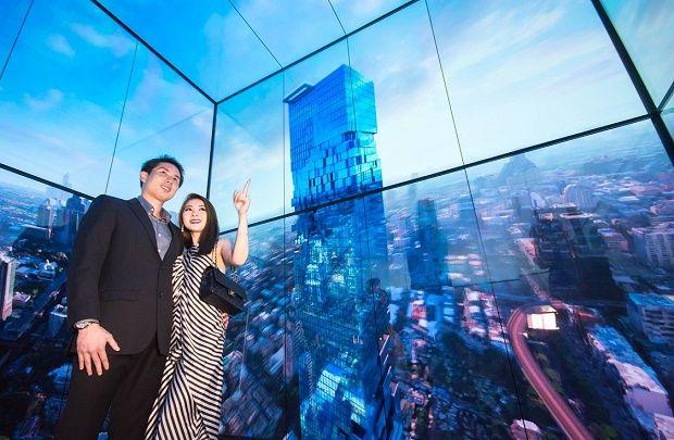 태국 최고층 건물인 마하나콘 타워의 전망대 전용 엘리베이터 탑승객들이 내부 4면을 둘러싼 LG 올레드 사이니지를 통해 방콕의 모습을 감상하고 있다.(사진=LG전자)