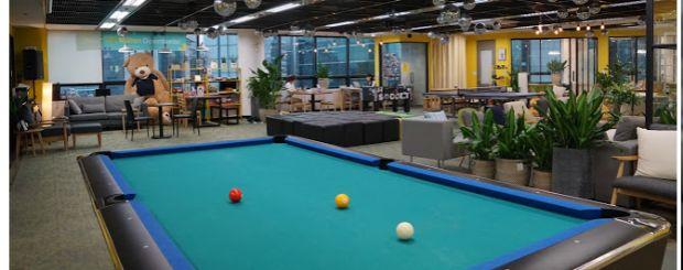 당구장 등을 갖춘 아자르 직원 휴식 공간.