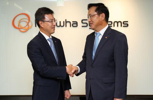 한화시스템 ICT부문 김경한 대표(왼쪽)와 시스템부문 장시권 대표(오른쪽)가 지난 8월 을지로 한화본사 빌딩에서 통합법인 출범을 기념하고 있다.