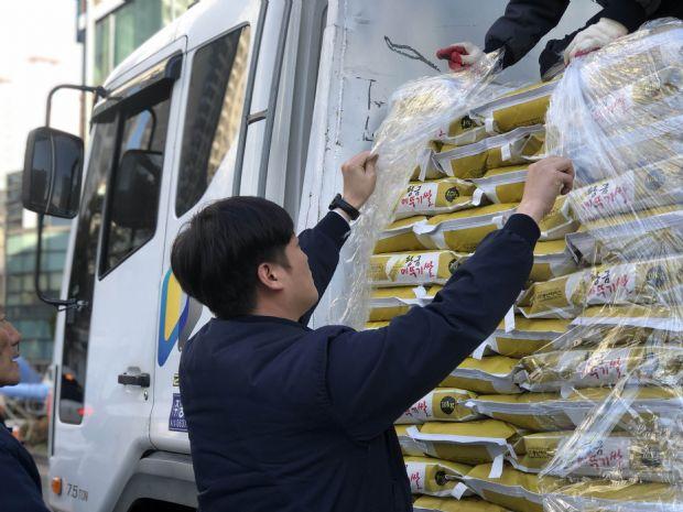 우리조명, 독거노인과 다문화 아동에 쌀 기부