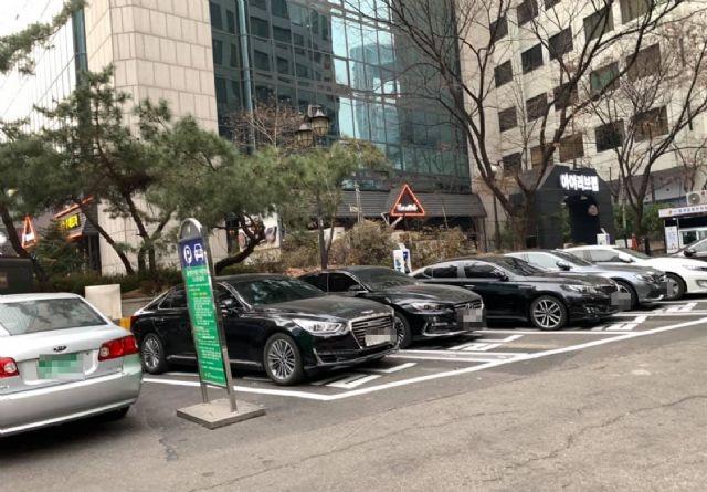 올해 1월 찾아간 서울시 한외빌딩 앞 신개념 전기차 충전소. 여전히 일반 내연기관 차량 주차로 가득하다. (사진=지디넷코리아)