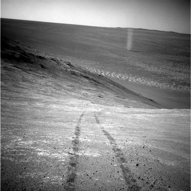 오퍼튜니티는 자신의 발자국과 먼지 폭풍의 모습이 담긴 사진을 촬영했다. (사진=NASA / JPL-Caltech)