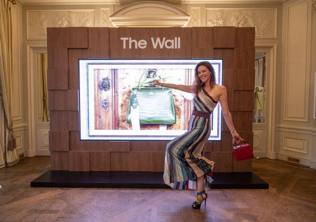 프랑스 유명 방송인인 상드라 루(Sandra Lou)가 삼성 '더 월 럭셔리(The Wall Luxury)'와 콜롬보 가방을 선보이고 있다. (사진=삼성전자)